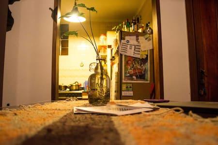 Comfortable room in bright and big flat in La Boca - Condominium