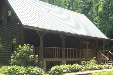 GORGEOUS LOG CABIN ON FIVE ACRES - Clarkesville - Cabana