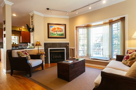 Comfortable, quiet private bedroom & bathroom. - Chicago - Townhouse
