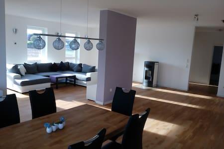Neue 140qm Whg. 3,5 Zim. mit gehobener Ausstatt. - Lägenhet
