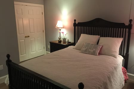 Modern/Private Bed & Bath near DC - House