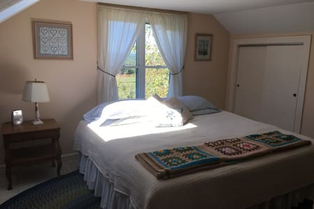 comfortable carriage house in a quiet setting - Belchertown - Guesthouse