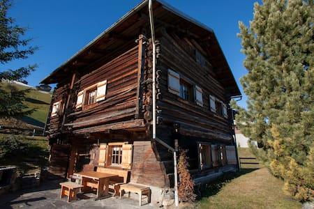 Liebevoll ausgebauter Walser-Stall in den Bergen - Hut
