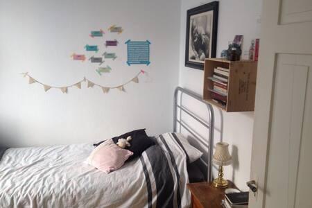 Bright cozy room - Apartment