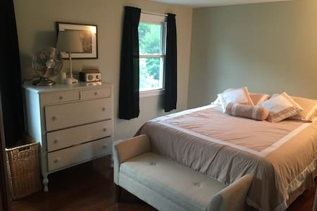 Private room in Saratoga near SPAC and TRACK - House
