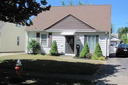 Private Room with Twin Bed in Westpark Bungalow - Cleveland