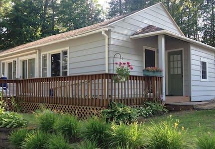 Cozy Adirondack Cabin on Beautiful Schroon Lake - Kisház