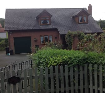 Charming 1980's bungalow - Bwlch y Ffridd  - Bed & Breakfast