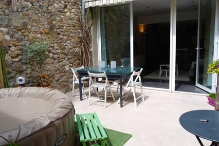 Jolie maison de village au calme avec cour - Gignac - House