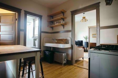 Vintage Apartment ABOVE CLASSIC BAR!! - Chicago - Apartment