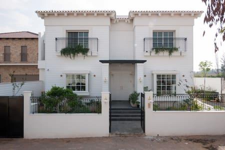 Hamptons luxery Villa in Savyon - Villa