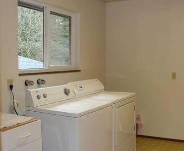 Cozy Room & Living Space with a Big Yard - Bremerton - House