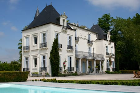Chateau Mont Joly B&B: La Tour - Castle