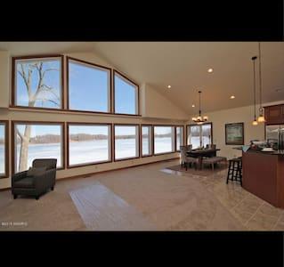 Anthony Manor - Luxury Lake Home - Paw Paw - Casa