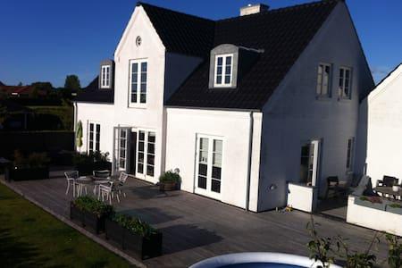 Liebhaver villa close to CPH - Tølløse - House