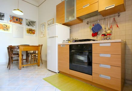 Large&bright room in the center nearby Termini - Roma - Apartment