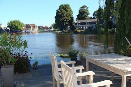 Lovely house directly located to the river Amstel - House