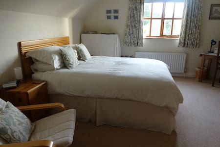 Light, airy and spacious king size ensuite bedroom - Surrey