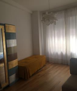 Graziosa stanza in centro. Very nice room - Macerata
