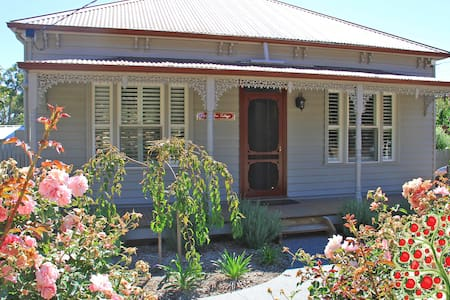 Apple Tree Cottage, Woodend / Macedon Ranges - House