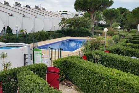 Appartements maisons et villas avec piscine la grande for Camping la grande motte avec piscine