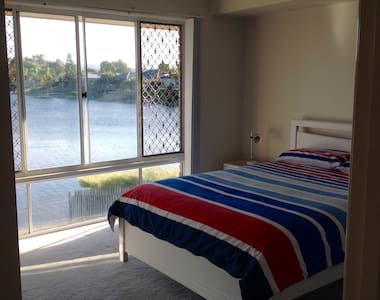 Lake side 2 bd granny flat ON WATER - Apartemen