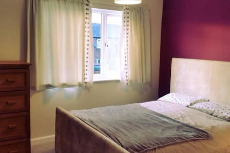 King size bed in spacious room - Leeds - Casa