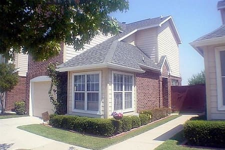 Spacious 2bed 2.5bath Townhome in Gated Community - Irving