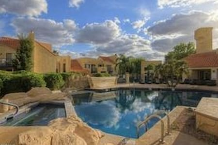 Vaulted Ceilings-Loads of Light-No Carpet-Location - Tucson - Condomínio