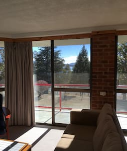 2Bed Apt: Short walk into town, views of lake - Daire