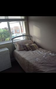 be our guest, small room in a lovely home to offer - Bexleyheath