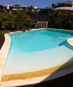 Suite 35M2 dans villa, piscine et jardin tropical - Ház