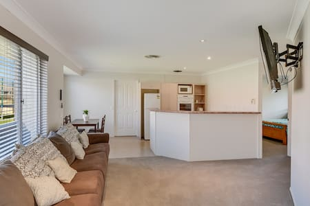 1Brm Self Contained Granny Flat - Pelican Waters - Flat