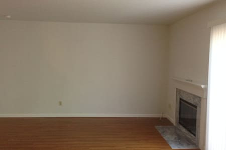 Nice Clean Room in a Quiet Townhome - Fremont - Townhouse