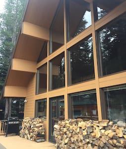 Beautiful Mountain Lodge - Hot Tub - Soda Springs - Hytte (i sveitsisk stil)