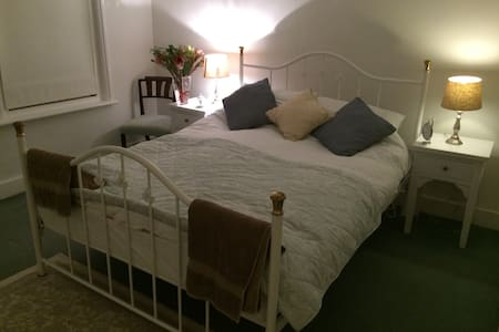 Double bedroom in character Surrey cottage - Casa