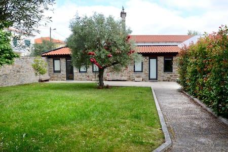 Casa privada com jardim e piscina