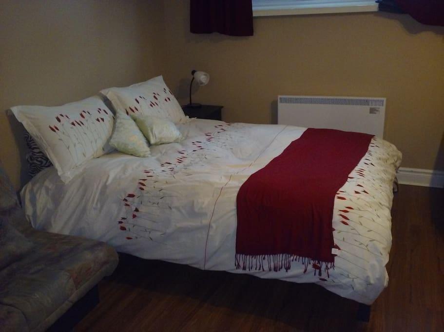 Grand lit confortable pour 2 personnes.