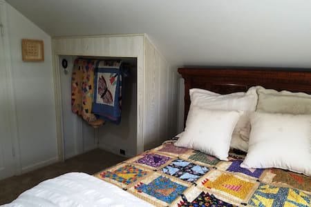 Private upstairs (double )bed B & K Farmhouse - Hillsboro - Casa