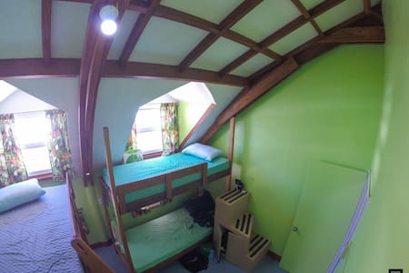 Cozy cheap bed in green dorm room on Malapascua - Schlafsaal