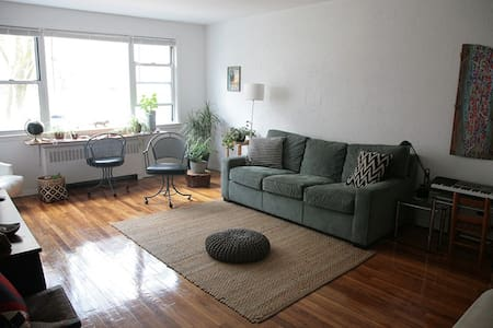 Cozy Big Bedroom in a fun family house - 35minNYC - Társasház
