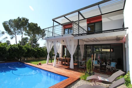 Bright ensuite room in Sitges+pool - House