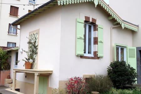 Une charmante petite maison - House