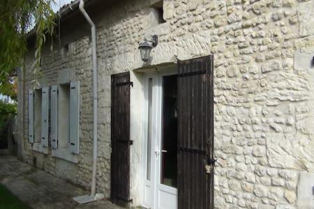 Chambre en Sud Charente maritime - Saint-Maigrin - Hus