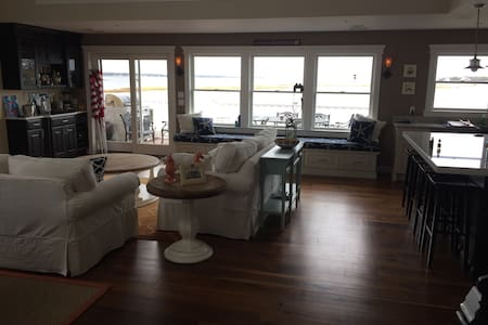 Beautiful Waterfront 2BR 2nd Floor - Haus