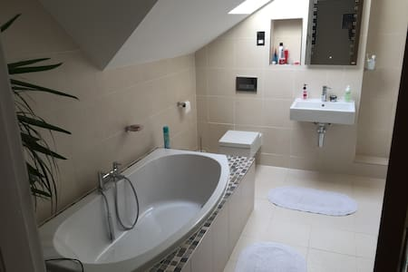 Spacious double bedroom and private bathroom - Cuddington - House