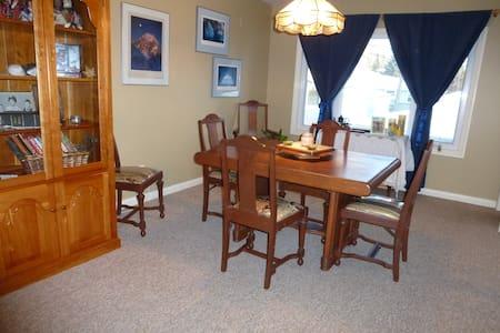 Western Room in Beautiful Parkdale - Calgary - Bed & Breakfast