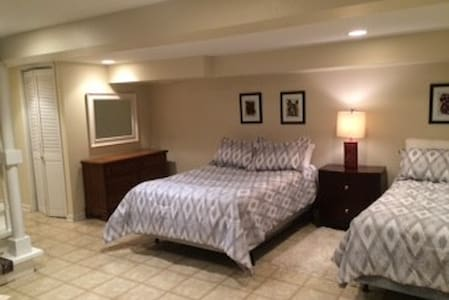 Private Rm near Ohare, 2 double bds, Pets welcome! - Casa