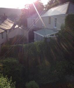 Charming Cornish fishing village - House
