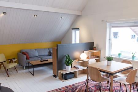 Unique & central with high ceiling - Leilighet